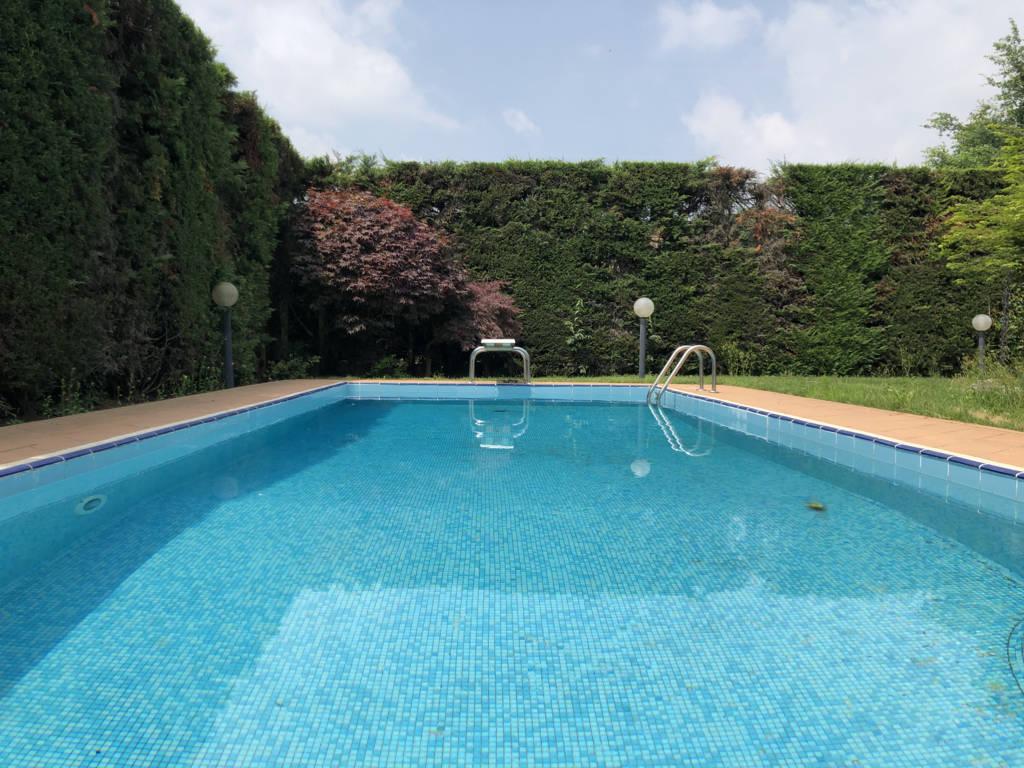 Villa-con-piscina-in-vendita-a-Mezzago-in-Brianza-3