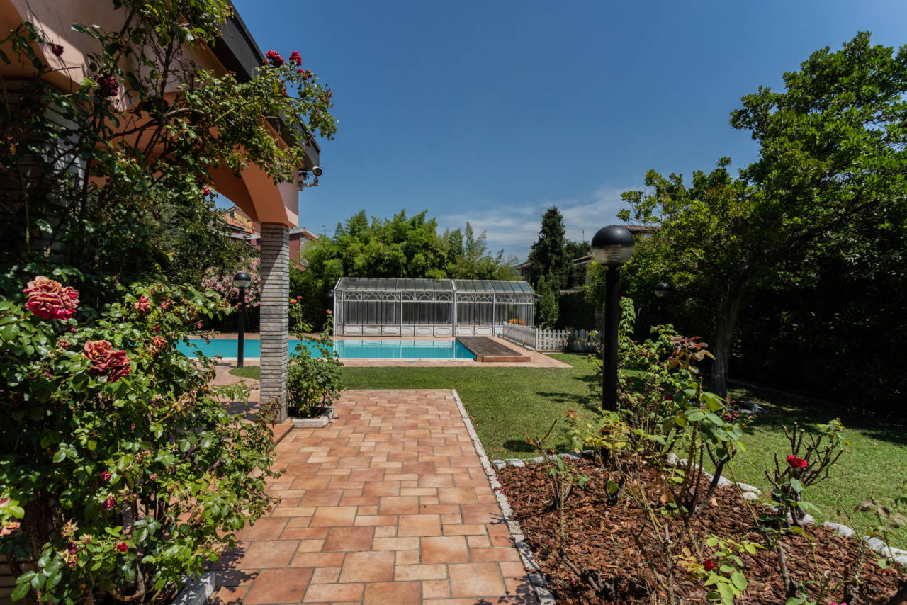 Villa con piscina in vendita a Rozzano (1)
