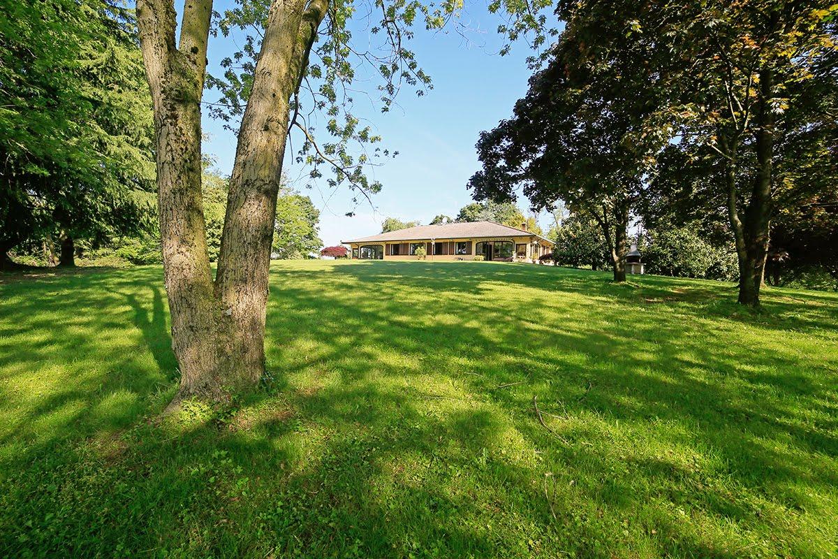 Casatenovo-villa-con-parco-in-vendita (1)