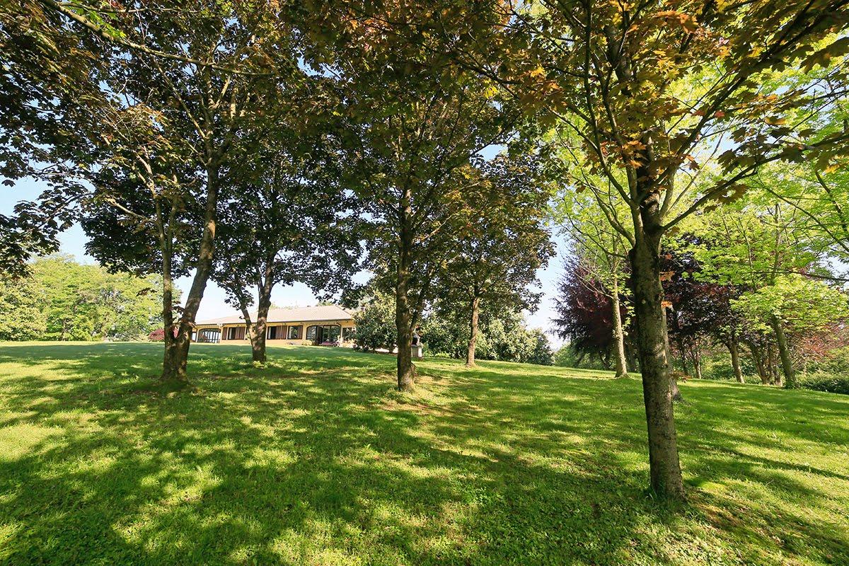 Casatenovo-villa-con-parco-in-vendita (2)