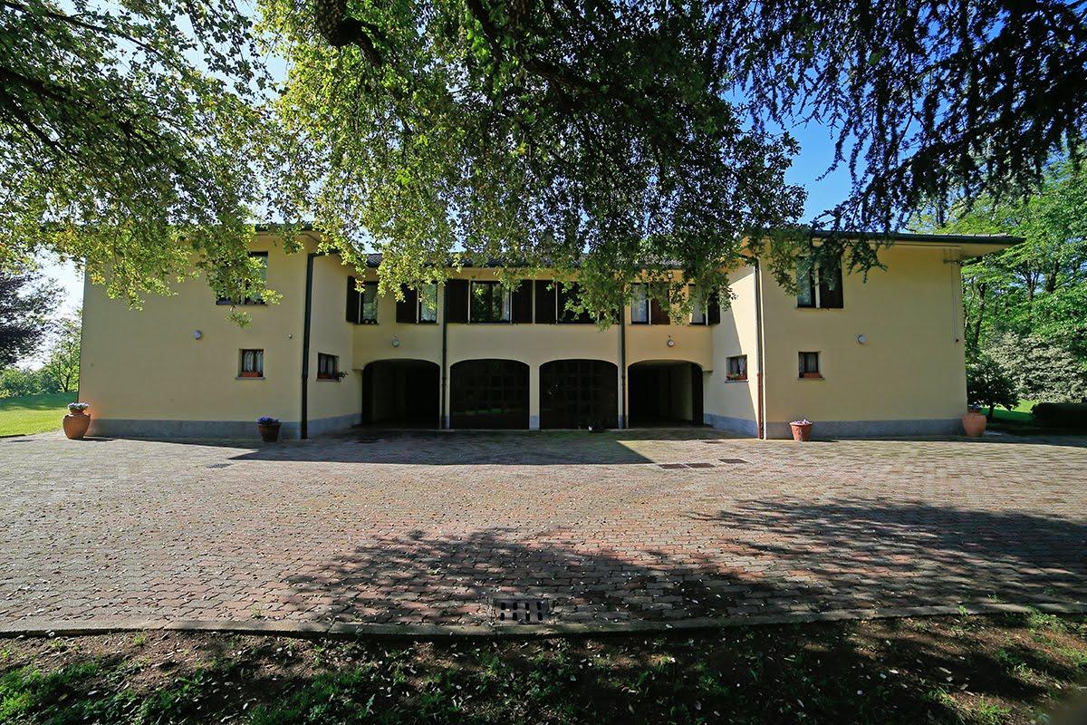 Casatenovo-villa-con-parco-in-vendita (5)